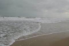 les vagues arriver sur la plage